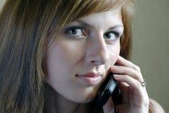 härlig mobil talande kvinna Fotografering för Bildbyråer