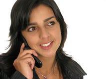 härlig mobil telefon genom att använda kvinnabarn Arkivbilder