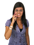 härlig mobil telefon genom att använda kvinnabarn Fotografering för Bildbyråer