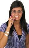 härlig mobil telefon genom att använda kvinnabarn Arkivfoto