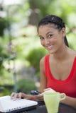härlig mobiltelefonbärbar dator genom att använda kvinnabarn Royaltyfri Foto
