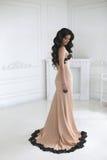 Härlig modebrunettkvinna i elegant klänning med långt krabbt arkivfoton