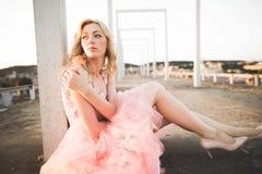 Härlig modeflicka för tappning som poserar på solnedgång arkivfoto
