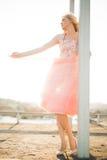 Härlig modeflicka för tappning som poserar på solnedgång Arkivbilder