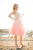 Härlig modeflicka för tappning som poserar på solnedgång Royaltyfri Bild