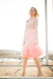 Härlig modeflicka för tappning som poserar på solnedgång Royaltyfri Foto