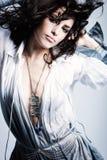 Härlig modeflicka i rörelsestudioskott Royaltyfri Foto