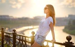 härlig modeflicka i solglasögon Fotografering för Bildbyråer