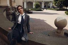 Härlig modeflicka i trendiga kläder som poserar i gata Royaltyfri Bild