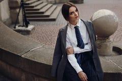 Härlig modeflicka i trendiga kläder som poserar i gata arkivfoto