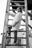 Härlig modeflicka på trappa Stående av den unga nätta kvinnan i svartvitt Fotografering för Bildbyråer