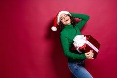 Härlig modekvinna i den Santa Claus hatten Varm ask för gåva för jultröjainnehav på arkivbild