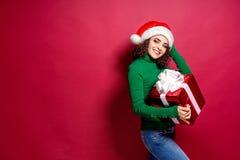 Härlig modekvinna i den Santa Claus hatten Varm ask för gåva för jultröjainnehav på arkivfoton