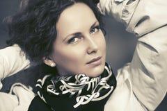 Härlig modekvinna i det vita dikelaget som går i stadsgata Royaltyfria Bilder