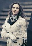Härlig modekvinna i det vita dikelaget som går i stadsgata Arkivfoton