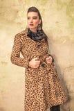 Härlig modekvinna som bort ser Royaltyfri Bild