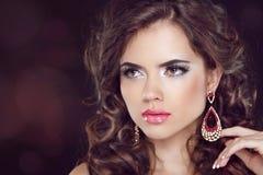 Härlig modekvinnamodell med krabbt långt hår och mode ea Fotografering för Bildbyråer