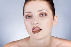 Härlig model ätachoklad, i studion Royaltyfri Foto