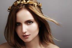 Härlig modell för ung kvinna med flygljushår Skönhetrengöringhud, modemakeup Frisyr haircare, smink royaltyfri bild