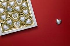 Härlig modell för valentindag Den öppnade söta asken med chokladhjärta formade sötsaker inom Arkivfoto