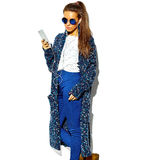 Härlig modell i stilfull kläder för sommar i studio Royaltyfri Foto