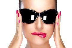 Härlig modell i svart modesolglasögon Ljust makeup och M Royaltyfri Foto