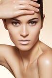 Härlig modell med clean hud- & ögonbrynsmink Arkivbilder