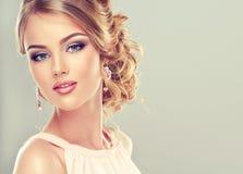 Härlig modell med den eleganta frisyren Fotografering för Bildbyråer