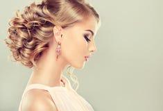 Härlig modell med den eleganta frisyren Arkivfoto