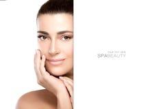 Härlig modell med handen på framsida Skincare begrepp Royaltyfri Bild