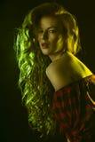 Härlig modell med nakna skuldror och frodigt hår Fotografering för Bildbyråer