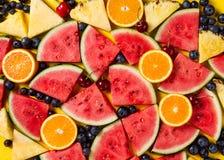 Härlig modell med nya vattenmelonskivor, ananas, cherr Royaltyfri Foto