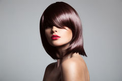 Härlig modell med perfekt långt glansigt brunt hår royaltyfri bild