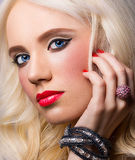 Härlig modell med röda kanter och manikyr royaltyfri foto