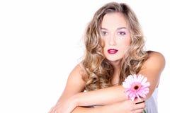 Härlig modell med rosa färgblomman arkivfoto