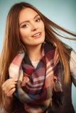 Härlig modell med vinterkläder fotografering för bildbyråer