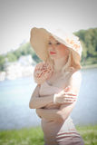 Härlig modell nära floden Royaltyfri Fotografi