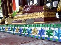 Härlig modell på grunden av Buddhabilden Arkivfoton