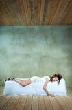 Härlig modell på säng, begreppet av ilska, fördjupning, spänning, trötthet Arkivfoton