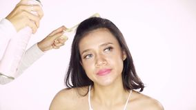 Härlig modell som applicerar hårsprej stock video