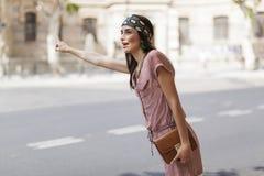 Härlig modell som kallar en cab Royaltyfri Fotografi