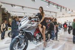 Härlig modell som poserar på EICMA 2014 i Milan, Italien Royaltyfri Fotografi