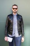 Härlig modell som poserar på veckan för mode för Milan Men ` s Fotografering för Bildbyråer
