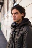 Härlig modell som poserar på veckan för mode för Milan Men ` s Royaltyfria Bilder
