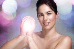 Härlig modell som visar hennes perfekta hud ljus effekt Fotografering för Bildbyråer