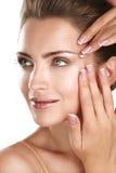 Härlig modell som visar hennes perfekta hudframsida Royaltyfria Bilder