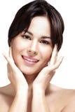 Härlig modell som visar hennes perfekta hudframsida Arkivbilder