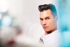 Härlig modell, stilig manstående Modern blick för frisyr arkivbild