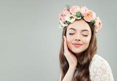 Härlig modell Woman Enjoying Nätt flicka med naturlig makeup och blommor arkivfoto