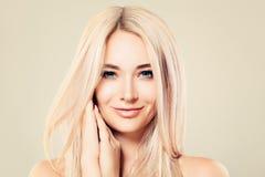 Härlig modell Woman med sund hud och blont hår royaltyfri bild